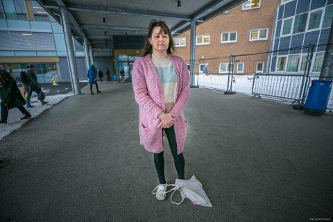 SMERTER: Line Gardmo (48) har levd i et smertehelvete i flere år. Skjervøykvinnen mener UNN allerede i begynnelsen av 2018 burde lagt til rette for en grundig undersøkelse ved et annet sykehus.