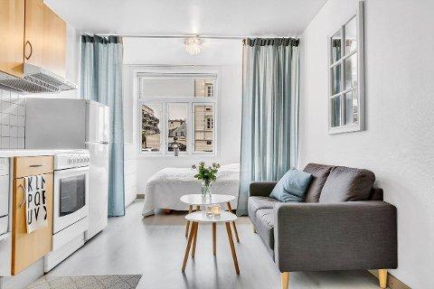 LITE: På 21 kvadratmeter har du soverom, stue, kjøkken, gang og et lite bad. Skal du ha gjester på besøk blir det spesielt hyggelig.