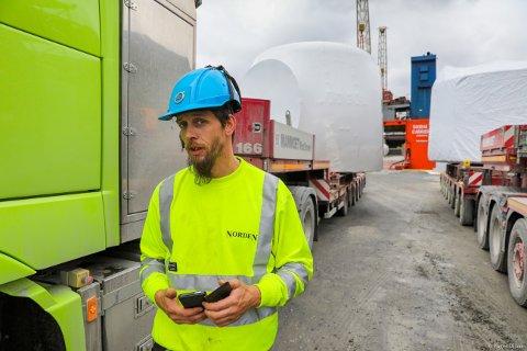 STOR LAST: Kjetil Jenssen er sjåfør for monsterbilene som frakter elementer til vindmølleparken.
