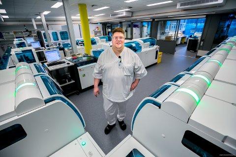 COBAS: Bioingeniør Bjørn Ivar Strand var prosjektleder for flyttingen av laboratoriemedisinsk senter til den nye A-fløya på UNN i Breivika. Planleggingen tok over ett år, men selve utføringen gikk også smertefritt for avdelingen som er helt avhengig av å være operativ 24 timer i døgnet. Her står strand midt i (!) den største maskinen på avdelingen - COBAS-maskinen, som kan analysere hundrevis av ulike prøver for ulike ting på en gang. Maskinen er svær - det tok fire lastebiler å frakte den til sykehuset!
