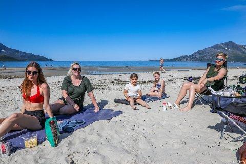 FRA USA TIL GRØTFJORDEN: Familien Deitch har reist hele veien fra Colorado i USA for å kose seg på ferie i Norge. Etter to uker med regn i Finnmark smakte sol i Grøtfjord ekstra godt. Foto: Yngve Olsen Sæbbe