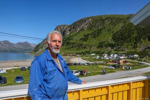 DRITT LEI: Terje Edvardsen har lyst til å nyte sommerferien uten å måtte styre med doen i hagen. Foto: Yngve Olsen
