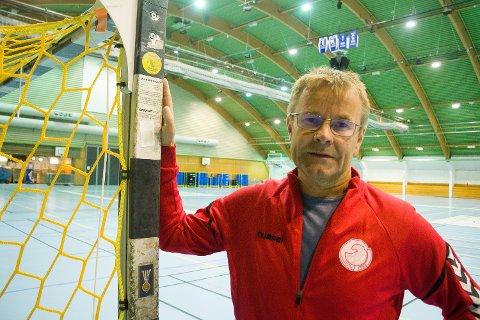 TRØBBEL: Sportslig leder i Tromsø Håndballklubb, Einar Sparboe Lysnes, i Tromsøhallen - som til daglig også er storstuen til håndballklubben. Men når THK skal arrangere nasjonal kvalik til Lerøyserien om to uker må de på kort varsel ta i bruk alternative baneløsninger.