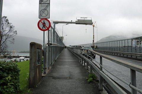 STENGT: Sykkelfeltet på Tromsøbrua er stengt inntil videre. Det opplyser Statens vegvesen.