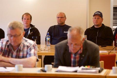 Tom Jøran Johansen, i midten bak, er en av de MOWI-ansatte som vil vurdere annet arbeid dersom det blir langtidspermitteringer i oppdrettselskapet. Her er han flankert av kollegene Karl Henrik Solheim, og Marius Agledahl under krisemøtet i kommunestyret onsdag ettermiddag. Foto: Ola Solvang