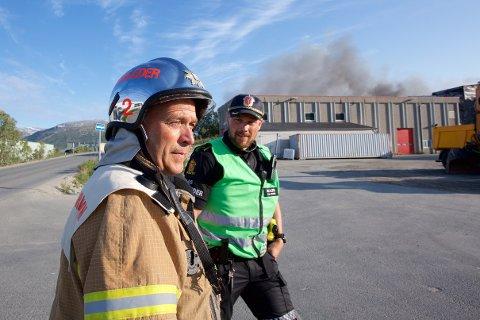 PÅ STEDET: Utrykningsleder i Tromsø Brann og redning, Fred Johnsen, og politiets innsatsleder, Knut Slartmann.