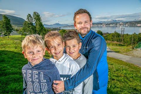 KLARE FOR PRØVEBAD: Et årskort i Tromsøbadet for familien på fem koster 23.010 kroner. På bildet: Henrik (7) Aksel (9) Magnus (11) og far Henning Norbakken.