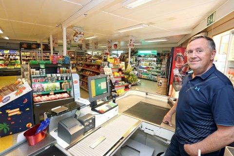 Bjørn Arild Olsen eier rekefabrikken og butikken på Lenangsøyra. Nå søker han ny driver til butikken - og kan tilby både bolig og hjelp til investeringer.