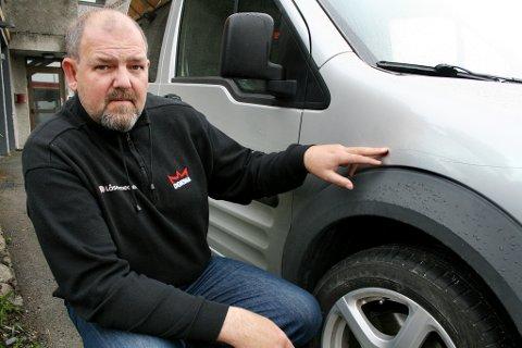 RIPER: Fred Arne Jakobsen viser fram bilen som ble ripet opp med kniv langs begge sidene.