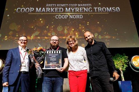 STOLT: Håvard Jensen (f.v), direktør kjeder i Coop Norge, Steven Roland, butikksjef i Coop Marked Myreng, Ingjerd Vestengen, kjededirektør for Coop Prix, Coop Marked og Matkroken og konferansier Jonas Kinge Bergland.