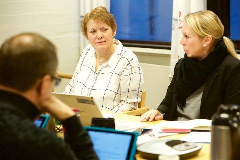 SLUTTER: Anne-Marie Gaino (til venstre) har informert kommuneansatte om at hun fratrer stillingen som rådmann. Her sammen med assisterende rådmann Christin Andersen.