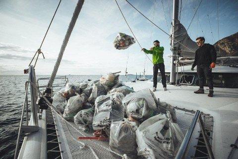 SØPPEL: Sekker på sekker med garn, plast, dekk og skrot ble samlet på noen timer.