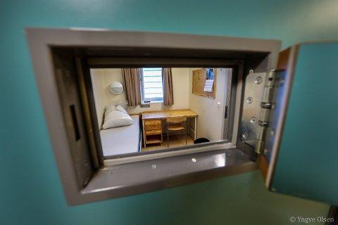 BAK MURENE: Den overgrepstiltalte 51-åringen forklarte i retten om verbale og fysiske angrep i Tromsø fengsel. Her fra varetektsavdelingen.