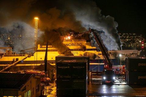 BRANN: Det brøt ut kraftig brann i en russisk tråler i Tromsø onsdag formiddag. Slokkearbeidet pågår ennå torsdag kveld.