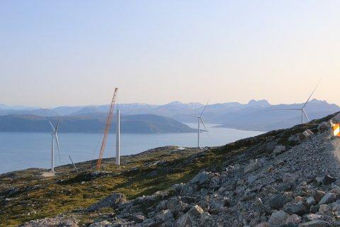 UTBYGGING: To jaktkamerater fikk et ublidt møte med utbyggingen av vindmølleparken på Kvaløya. Bildet er tatt ved en tidligere anledning.