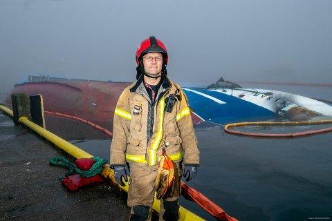 HETT STÅL:  - Ståldekket var svært varmt, og jeg ser at det begynner å brenne rundt skoene mine når jeg går på dekket, forteller brannkonstabel Rune Benjaminsen (48), som var en av de første røykdykkerne fra brannvesenet som gikk inn i den russiske tråleren. I dag ligger båten kantret ved kai i Breivika i Tromsø. Foto: Torgrim Rath Olsen