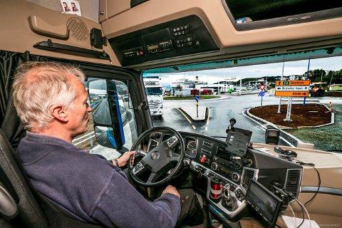 HÅPLØST: Arvid Karlsen i Transportsentralen fnyser av hvordan den nye rundkjøringa på Gimle er blitt for tungtransporten. - Den er altfor trang og to store kjøretøy kan ikke møtes her.