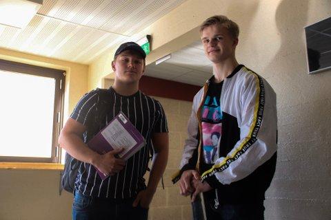 BÆRER TUNGT: Lukas Skjoldvær og Jakob Aleksandersen må bære med seg mengder med skolebøker og idrettsutstyr til Tromsdalen VGS hver dag.