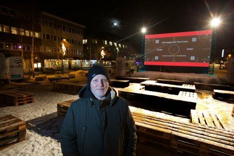 KLART: Kinomaskinist Runar Clausen var på Stortorget for å jobbe med de siste detaljene foran den store filmfestivalen braker løs mandag.