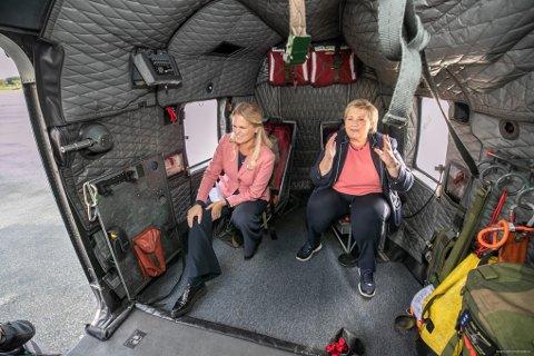 NY BASE: Samfunnssikkerhetsminister Ingvil Smines Tybring-Gjedde (Frp) og statsminister Erna Solberg (H) poserte for fotografen i et Sea King redningshelikopter i Tromsø i fjor høst.