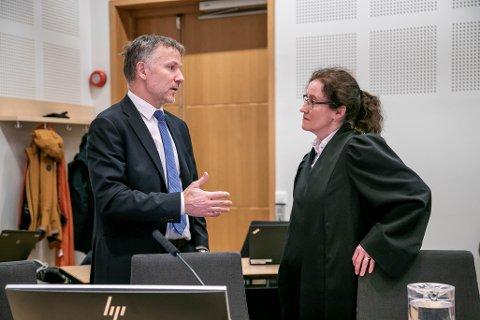 HALLIKTILTALE: En 58 år gammel kvinne er tiltalt for hallikvirksomhet i Tromsø tilbake i 2016 og 2017. Her er forsvarer Sven Crogh og aktor Stine Melbye Sørensen i Nord-Troms tingrett.