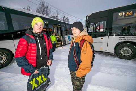 PASSASJERER: 14-åringer Emil Boye Solberg og Joakim Fyhn Lunde var passasjerer om bord i den bakerste bussen som smalt i bussen foran onsdag ettermiddag. Foto: Torgrim Rath Olsen