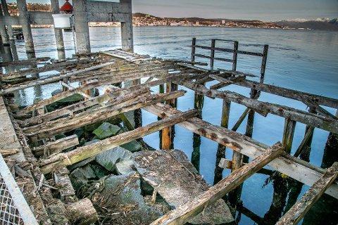 BORTE: Hagen-Olsen Eiendom AS har nå revet denne kaia etter pålegg fra Tromsø Havn.