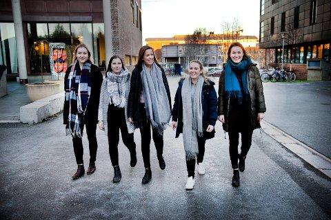 Høy skår:  Overordnet får UiT en skår på 4,0 av 5 når det gjelder hvor fornøyde studentene er. Her er studentene Martine Hembre, Heidi Hansen, Kjærsti Marthinsen, Maria Olsen og Kristine Revang ved en tidligere anledning.