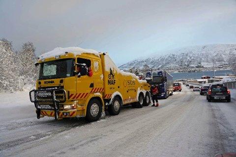 VINTERTRØBBEL: Hver vinter får en rekke vogntog problemer på Tverrforbindelsen. Ny forbindelse i tunnel er viktig for næringa.