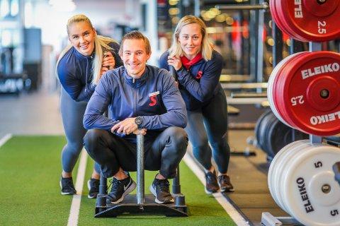POPULÆRT: Daglig leder Alexander Forsberg (midten) ved SATS Langnes sammen med de personlige trenerne Malin Isaksen (tv) og Ida Karlsen (t.h). De solgte timer med personlig trening for rundt 1,5 millioner kroner i løpet av to dager i forrige uke.