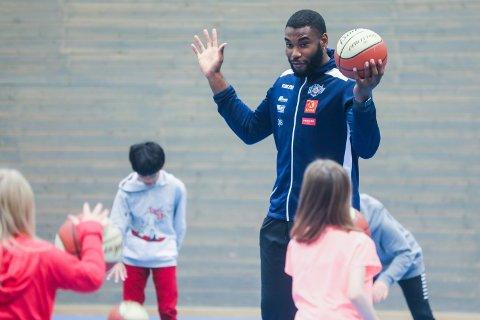 Basketballspiller Anthony Elechi fra Tromsø STORM  tok seg av gymnastikktimen ved Reinen skole i Tromsdalen i Tromsø i formiddag.