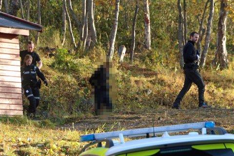 PÅGREPET: Her blir den 40 år gamle mannen pågrepet av politiet i Tromsdalen 2. oktober. Han ble løslatt dagen etter, men ble igjen pågrepet forrige mandag. Nå er han varetektsfengslet i fire uker.