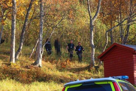 PÅGREPET: Her pågripes den 40-årige mannen like ovenfor Reinen skole. Flere vitner så han kom bærende på et våpenetui i Isbjørnvegen cirka kvart over to fredag.