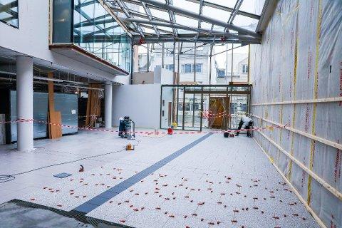 MATSERVICE: Slik blir gata inn til Eurospars matbutikk i nybygget i sørbyen. Gjennomgangen fra tidligere videreføres i det nye bygget med fliser på gulvet og glass i taket. Foto: Yngve Olsen