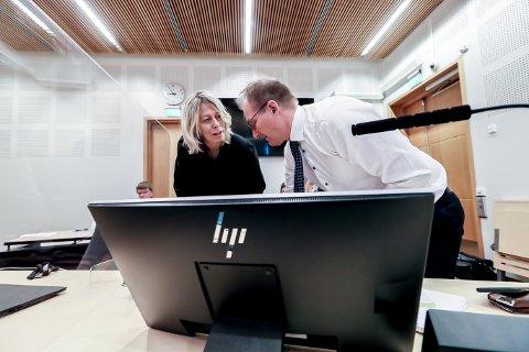OMFATTENDE: Lill Egeland, fra advokatfirmaet  Simonsen Vogt Wiig, og advokat Torolf Andreassen fra UNN avviser at Rita Kral er utsatt for gjengjeldelse.