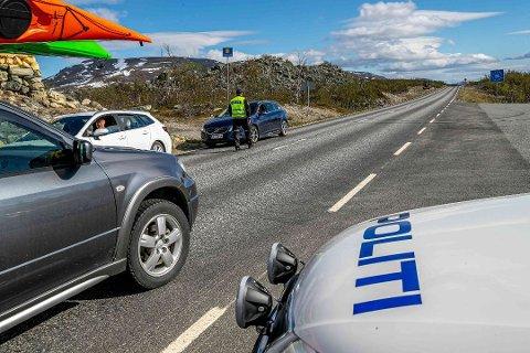 TRANGT OM PLASSEN: Det er bare en smal veiskulder å stå parkert på for norsk politi ved grensen. Nå håper ordfører Geir Varvik at stortingsrepresentant Kent Gudmundsen kan være med å løse utfordringen.  Bildet er tatt tidligere i sommer.