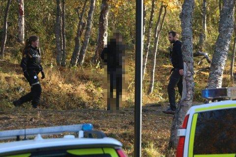 PÅGREPET: Her blir ransmannen pågrepet av politiet fredag ettermiddag. I helgen ble han løslatt.