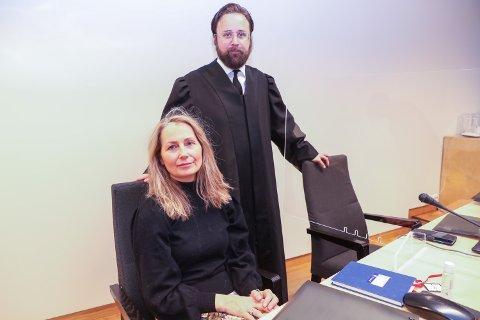 SAKSØKER: Rita Esperø Hansen jobbet som lærer ved skolen, men ble sagt opp i 2015. Nå saksøker hun Tromsø kommune. Her i retten med advokat Stefan S. Amlie.