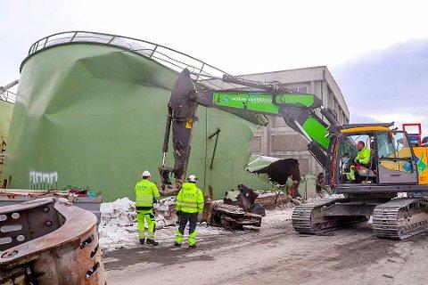 SANERT: Norsk Sanering AS fjernet restene av tanken i april 2019. Foto: Trygve Grønning