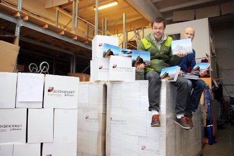 UTSOLG: Hele dette bokberget er nå borte. Boka om Senja er helt utsolgt. Det er noen få eksemplarer igjen av Turboka for Tromsø. Her er redaktør Pål Jakobsen, og Rolf Hansen avbildet i forbindelse med lanseringen av Senjaboka i april 2015.