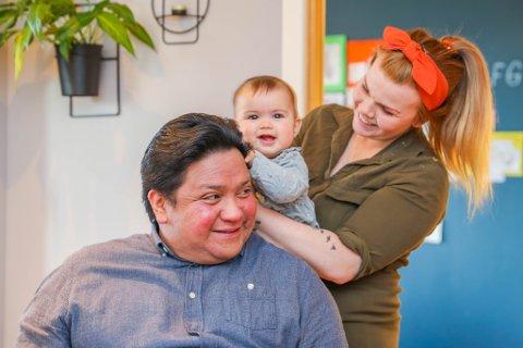 LEVER MED USIKKERHET: Mats Svendsen har en alvorlig hjertefeil og går med pacemaker og hjertestarter i kroppen. Han må passe ekstra på for ikke å bli koronasmittet. Her hjemme i leiligheten i Tromsø sammen med kona Therese og datteren Aurora på åtte måneder.