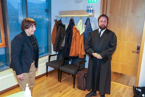 PARTENE: Advokat Stefan S. Amlie representerer Rita Esperø Hansen. He ri samtale med avdelingsdirektør Kari Henriksen, som stiller for Tromsø kommune sammen med Monica Solnes.