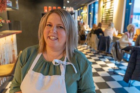 KNALLSTART: Yvonn Steffensen var strålende fornøyd inn i de første timene etter at bakeriet åpnet torsdag.