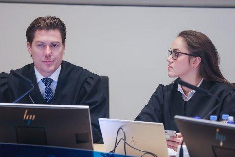 RETTSSAK: Advokat Christian Flemmen Johansen og advokatfullmektig Stine Kalkvik Stenberg i retten mandag morgen. De forsvarer en 49-årig mann, tiltalt for omfattende og grove sedelighetslovbrudd.
