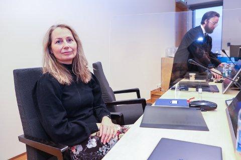 I RETTEN: Rita Esperø Hansen saksøker Tromsø kommune etter at hun ble sagt opp som lærer i 2015. I bakgrunnen, advokat Stefan S. Amlie.
