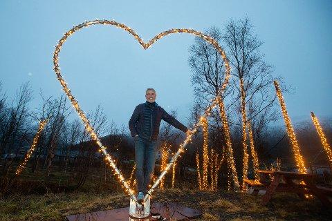KJÆRLIGHET: - Med hjerte for bygda, flirer Fredd Wilsgård, etter å ha stilt seg i det lysende hjertet i den nye lysparken i Torsken.