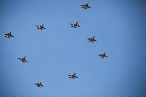 JULESTJERNE: Dette blir trolig en av de siste gangene Luftforsvaret flyr med så mange F-16 i én og samme formasjon. Fredag flys julestjerna over Nord-Norge. Foto: Arkiv