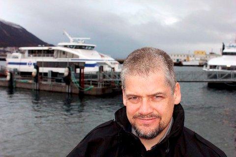 RAMMES: Kurt Bones i Troms fylkestrafikk forteller at Boreals seilingsnekt rammer særlig øybeboerne i Bjarkøy-området.