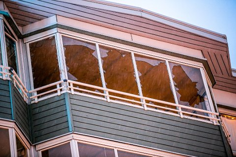 KNUST: Det ble kastet flere gjenstander ut fra glassverandaen i leiligheten. Deretter tok gjerningspersonen seg over til naboleiligheten gjennom vinduet til venstre i bildet. Foto: Torgrim Rath Olsen