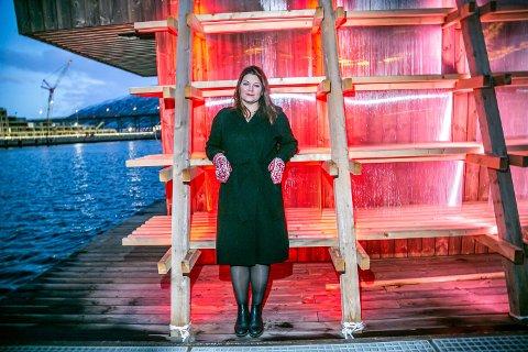 """TROMSØ I HJERTET: Cecilie Myrseth flyttet til Tromsø da hun gikk på videregående. Nå definerer hun seg som tromsøværing og blir provosert over de som spør """"hvor mye tromsøværing hun er"""". - Tromsø hadde ikke vært noe uten distriktene, sier hun."""